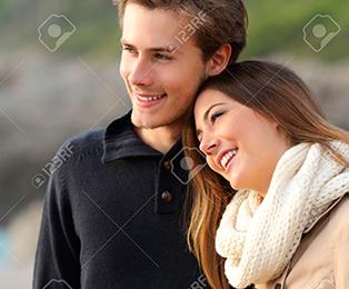 34562970-Liebevolle-Paare-Wegschauen-und-umarmt-am-Strand-Lizenzfreie-Bilder.png